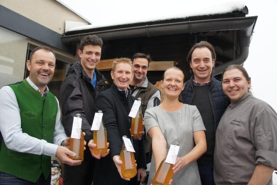 Haubenkoch und Winzer mit erster Glühwein-Cuvée der Steiermark