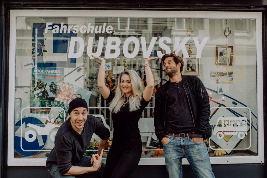 Es geht um 2000 Euro: Shootingstar Tom Lohner und Fahrschule Dubovsky geben mit neuem Kunstpreis Gas