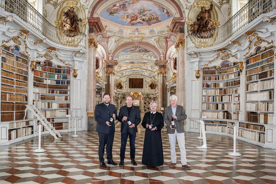 300 Jahre alte Nadelmalerei und zeitgenössische Kunst als neues Weinflaschen-Design der Admonter Benedektinermönche