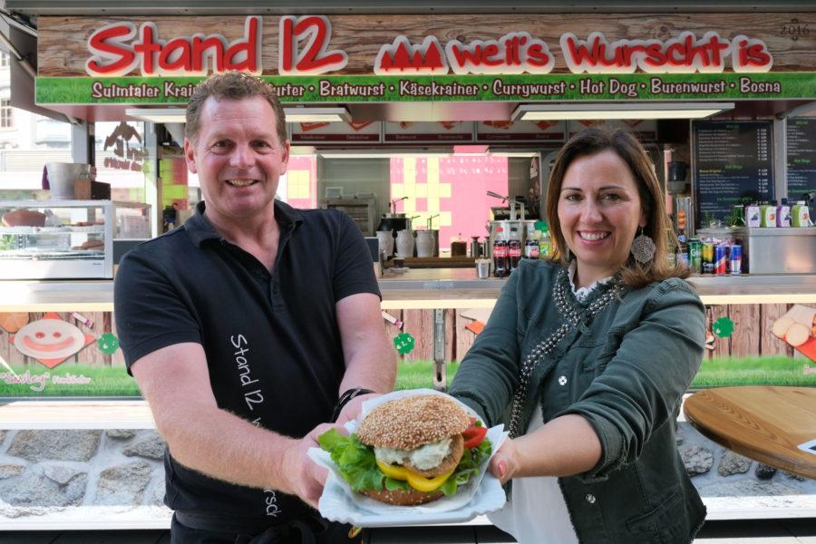 Marktstandler servieren ersten veganen Burger des Hauptplatzes