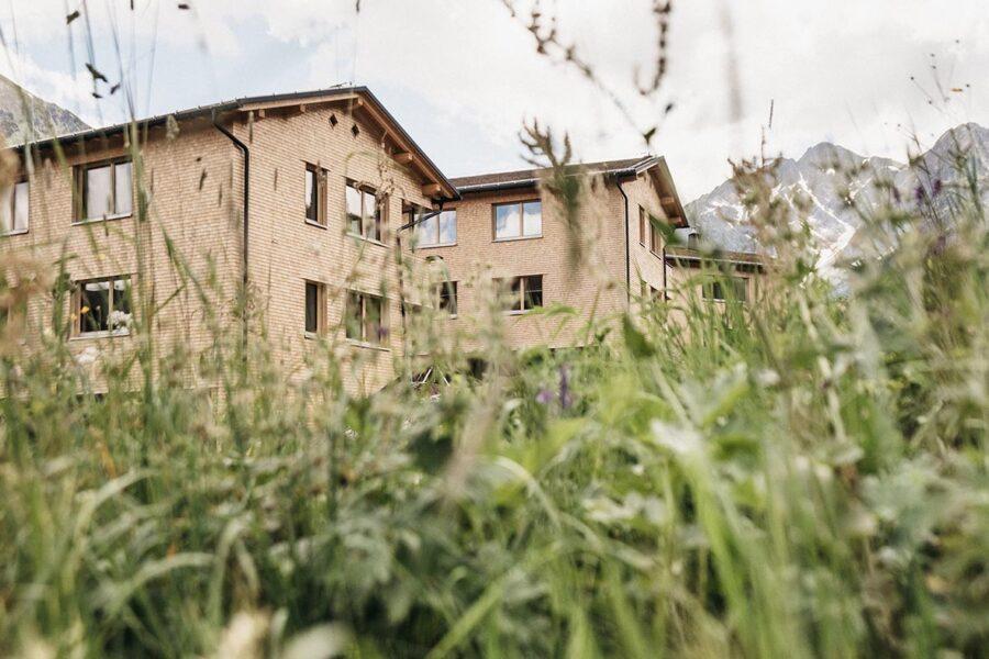 Als Antwort auf den Personalmangel: Naturhotel Chesa Valisa eröffnet Luxus-Lodges für MitarbeiterInnen
