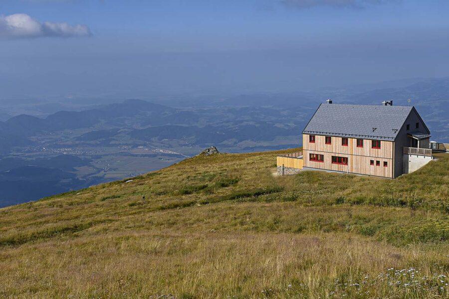 Höchstgelegenes Fertighaus der Alpen: GRIFFNER übergibt Koralpenhaus auf 1966 Metern Seehöhe